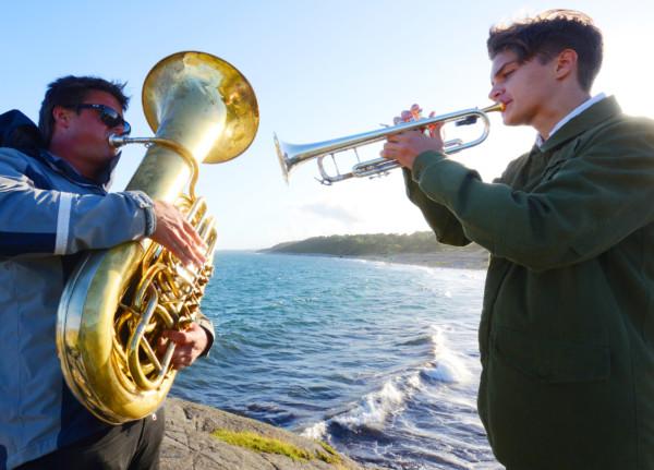 Musikerne Lars Andreas Haug og Oscar Andreas Haug spiller åpningsfanfare på Spornes.