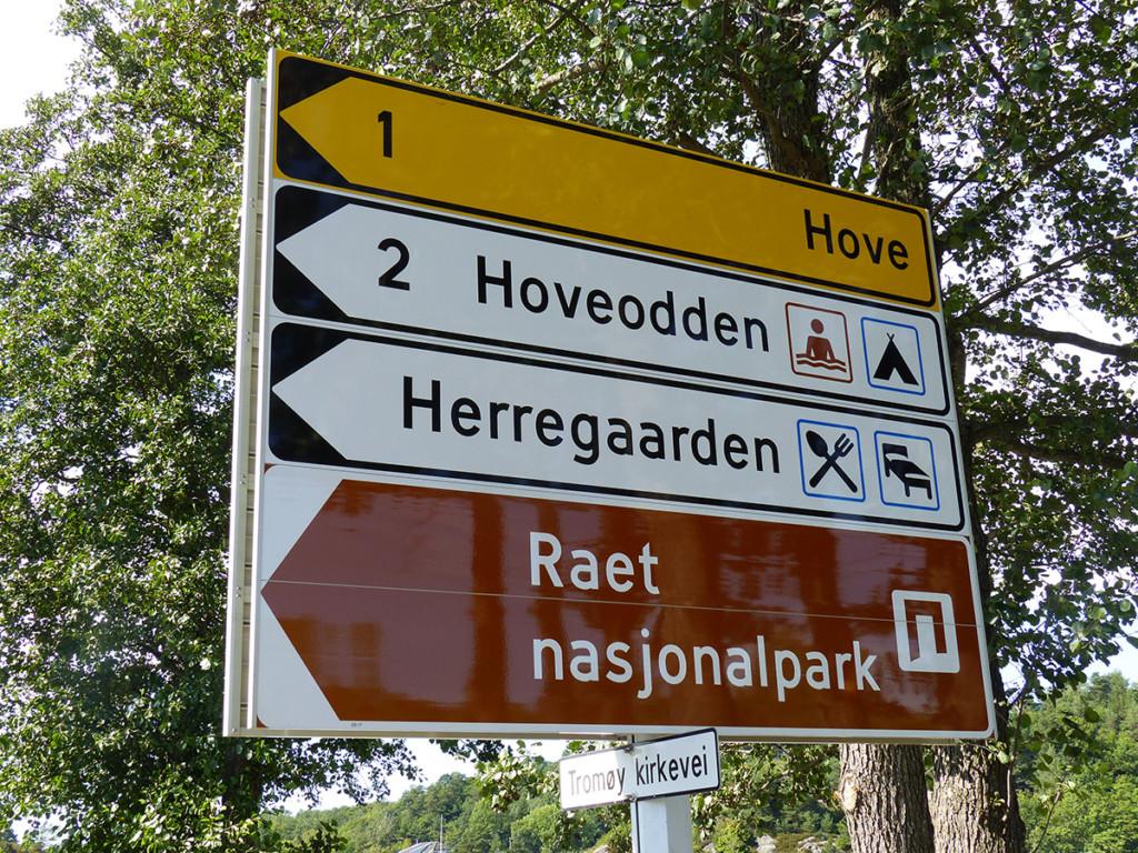 Skilting viser vei til Raet nasjonalpark på Tromøy.