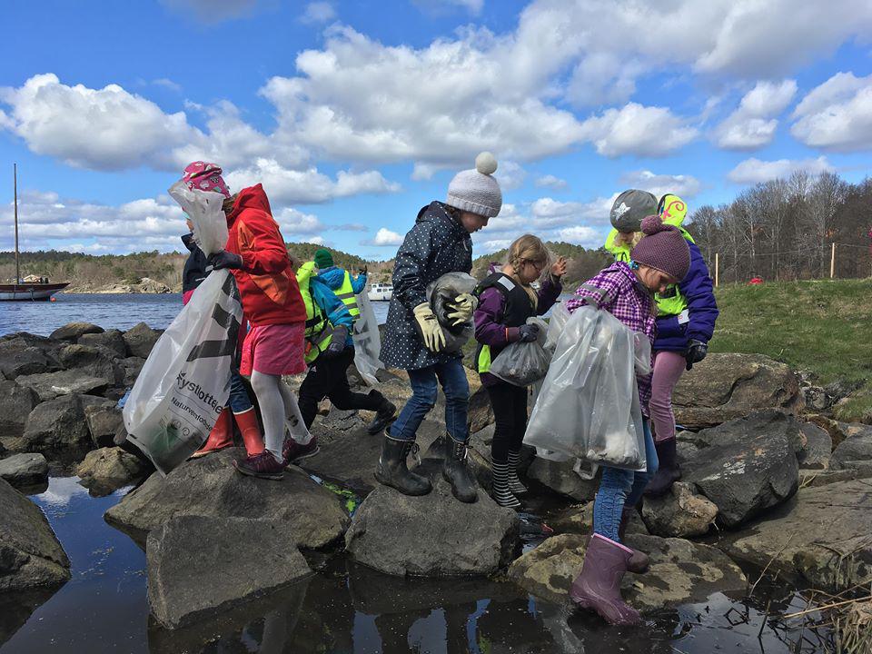 Elever og lærere fra Roligheden og Sandnes skoler på Tromøy plukket søppel langs strendene på Hove i dag.