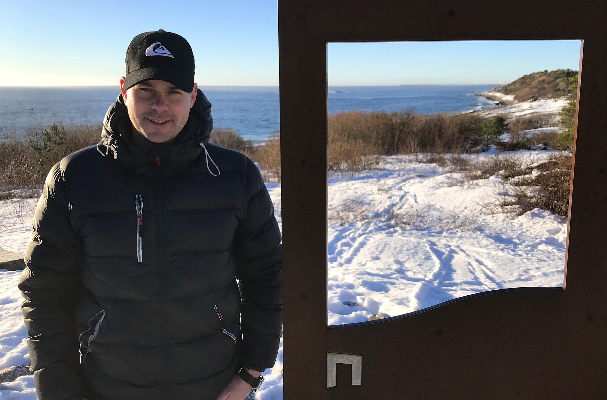 """Einar Fredriksen er medeier i Spornes gårdsbarnehage, og han pleier å kjøre skiløyper slik at ungene får skitrening. Da det plutselig ble uvanlig gode snøforhold på Spornes og Hovestrendene, bestemte han seg for å legge skispor rundt hele Hoveodden – til stor glede for hundrevis som hadde lagt turen til Hove på selveste """"Kom deg ut-dagen"""" søndag 3. februar. Et par dager senere var mye av snøen og de flotte skisporene vekk."""