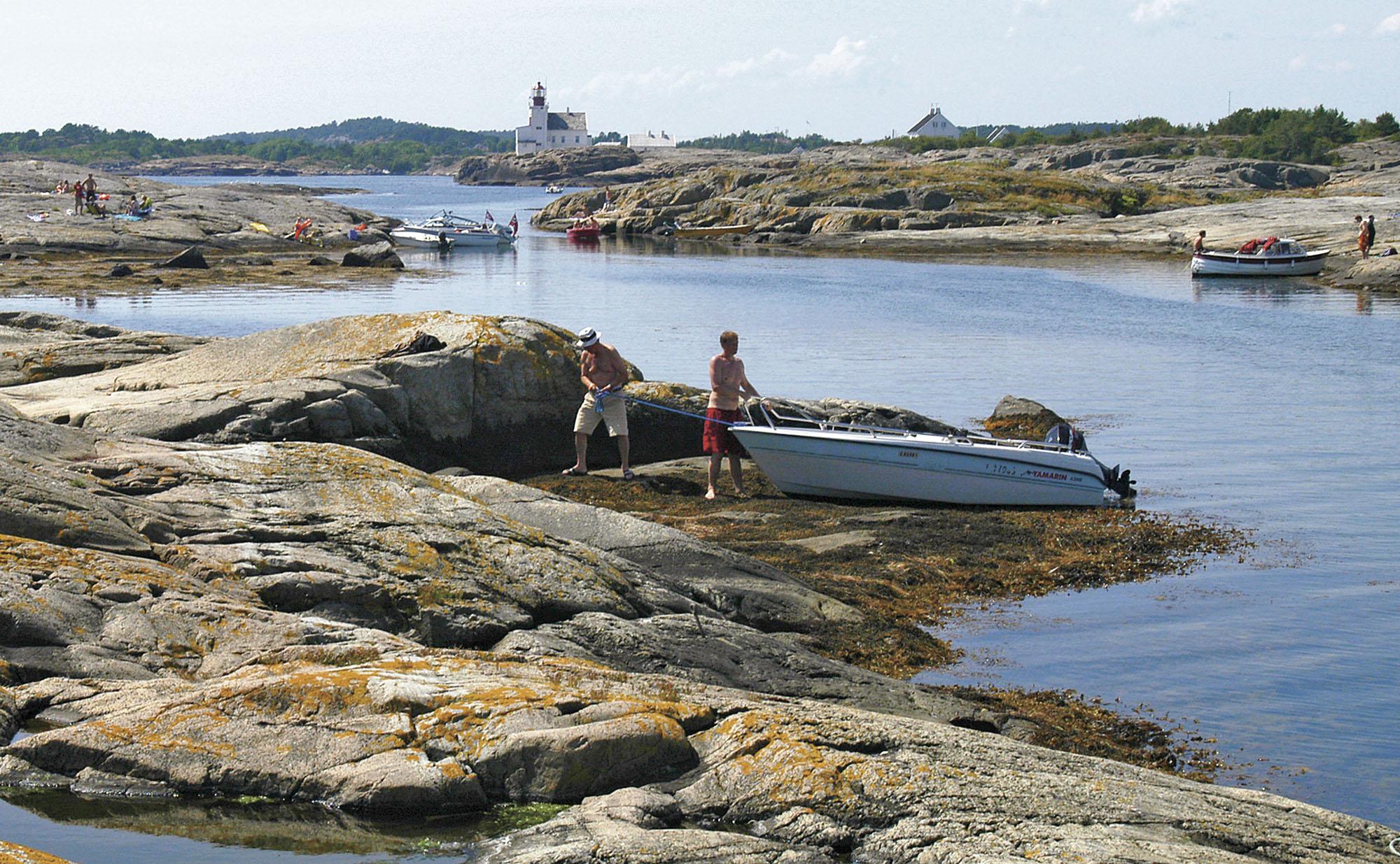 """Båtliv på holmer og skjær i Tvedestrands ytre skjærgård. Velkomstsenteret i Lyngørfjorden Kystkultursenter blir """"resepsjon"""" for opplevelser i Raet nasjonalpark."""