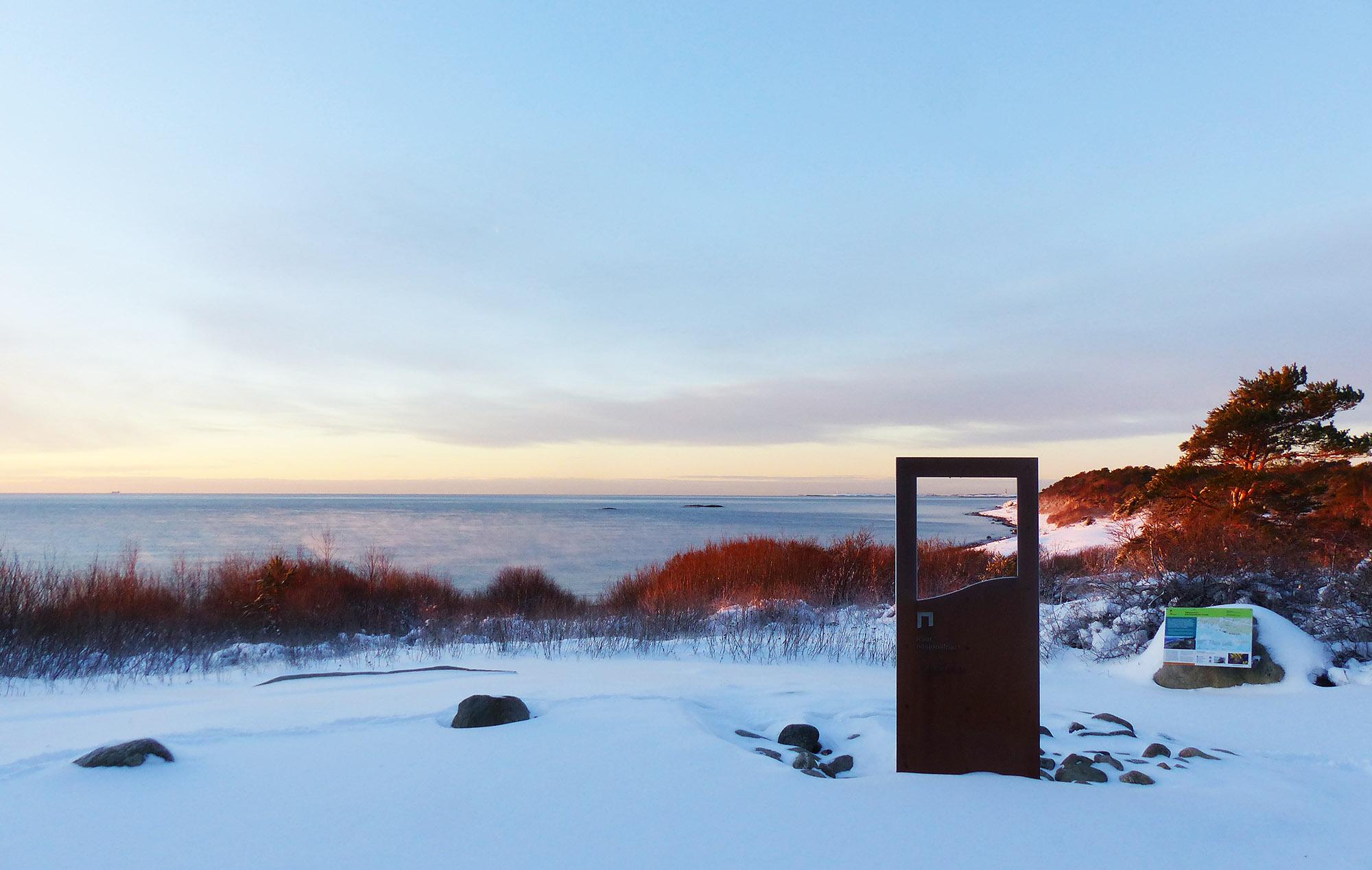 Portalen på Spornes ytterst på Tromøy med utsyn mot fyrene Store- og Lille Torungen og strendene på Hove